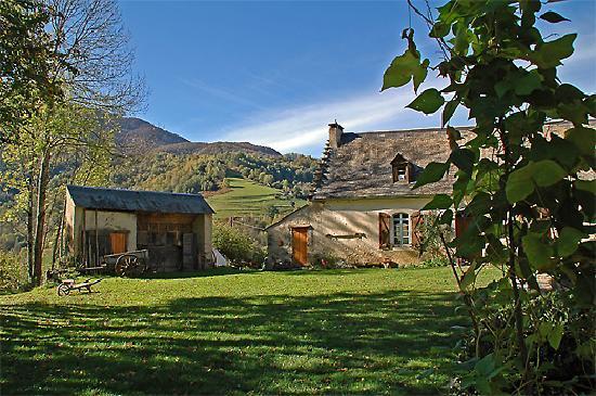 La Source Loubetas : The farm and courtyard (looking south-west) – La ferme et sa cour (vue ver sud-ouest)