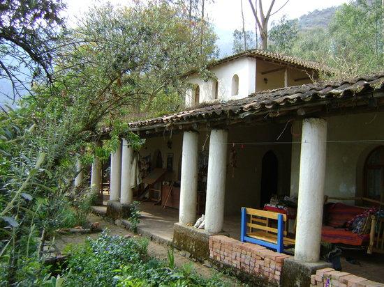 Quime, Боливия: Front verandah of Hostal Colibrí
