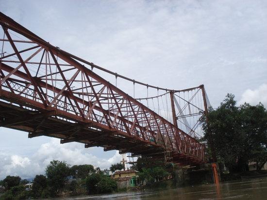 La Virginia, Colombia: 川にかかる橋