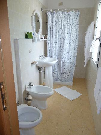 Hotel Aurora: i mobili nella camera,piccola ma funzionale