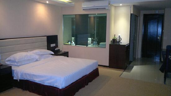Landscape Hotel: Large bedroom 3 - windowed bathroom in view