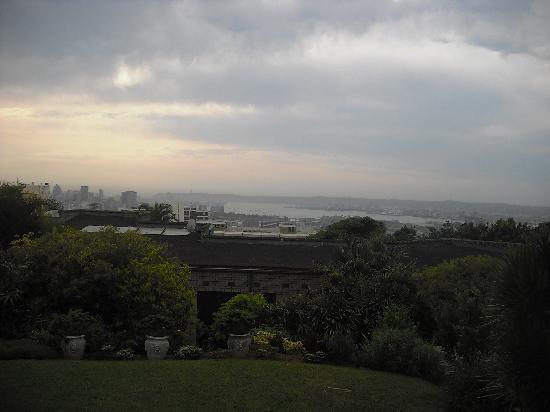 Ridgeview Lodge: Vue sur Durban lors d'une soirée pluvieuse