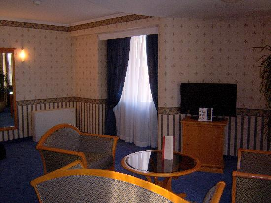 Downtown Hotel: Suite, shot of the sitting area