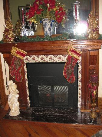 Beauclaire's Bed and Breakfast: Warm Fireplace