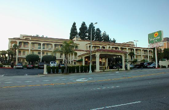 Vagabond Inn San Pedro: Front of Hotel from Gaffey St.