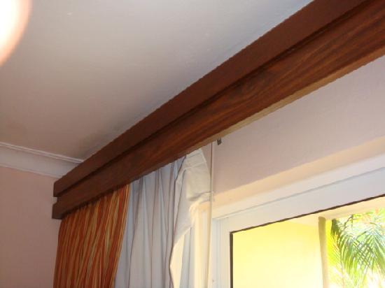 Casa Marina Beach & Reef: Curtains hanging off rails in room