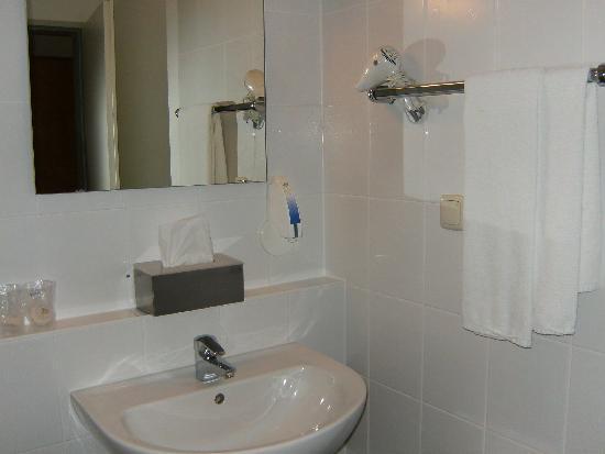 Hotel Global: bathroom