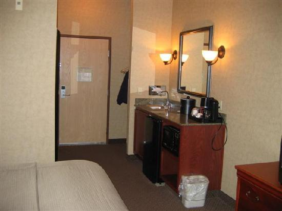 BEST WESTERN PLUS Kennewick Inn: Sink/micro/fridge area