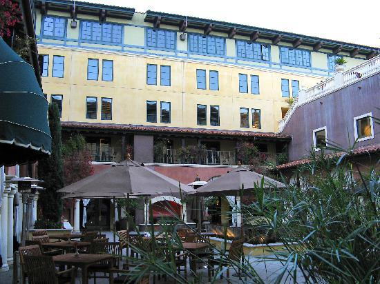Hotel Valencia - Santana Row: The courtyard is actually at the 3rd floor