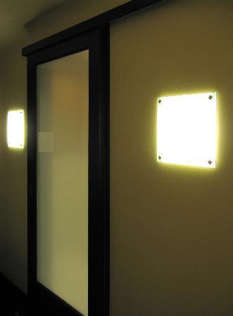 Hotel Valencia - Santana Row: Bathroom door and lighting
