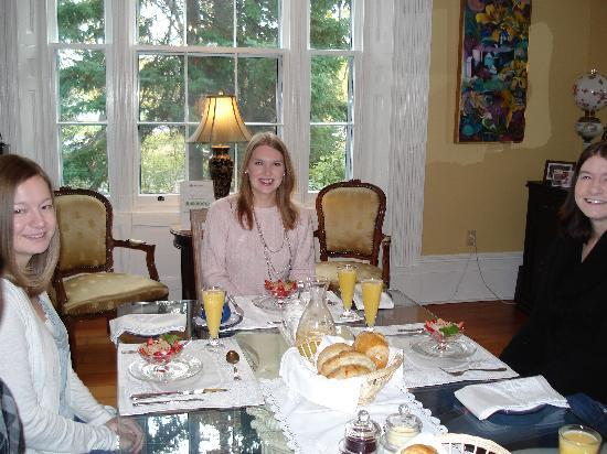 Historic Lyons House: Fruit parfait, croissants & Eggs Benedict for breakfast