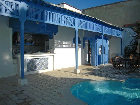 Hotel Dar Said : プールサイドのバーです。