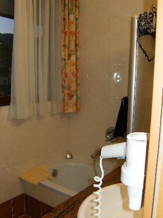 Hotel Martini: bathroom 2 bed room