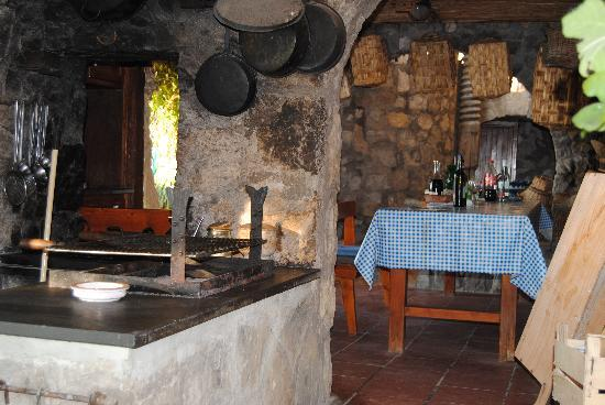 La Grotta dei Fichi: the wood fired oven and dining table outside
