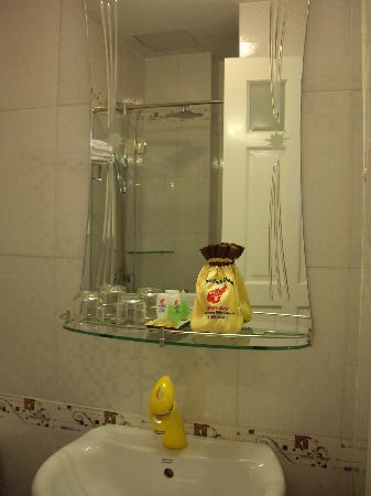 Ellyse Nga Khanh Hotel: Bathroom