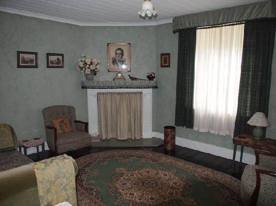 Abbotsford Heritage & Hosted B&B: Living room
