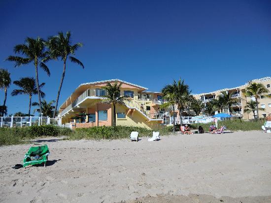Windjammer Resort: Blick vom Meer zum Hotel. Der linke Teil der Gebäude ist das Windjammer. Es gibt einen eigen Ein