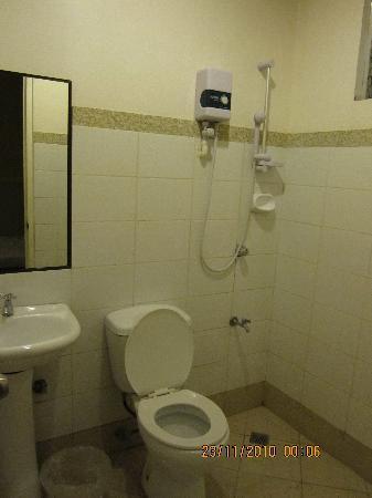 Sampaguita Suites JRG : the bathroom