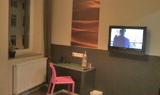 Hotel Sandmanns: Sandmanns - desk and TV