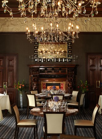 The Lawns Restaurant at Thornton Hall: Chandeliers
