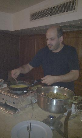 Om Kolthoom Hotel & Tower: Guest from Greece making his own Omelette