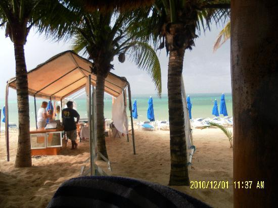Paradise Beach : View from bar over beach and massage and hair braiding.