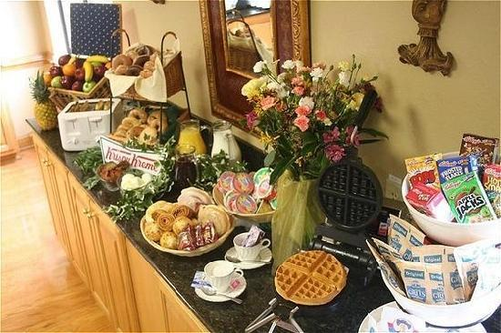 Country Inn & Suites by Radisson, Williamsburg East (Busch Gardens), VA: Start your day off right with our complimentary breakfast