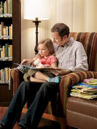 Country Inn & Suites By Carlson, Williamsburg East (Busch Gardens): Relax with a good book from our lending library