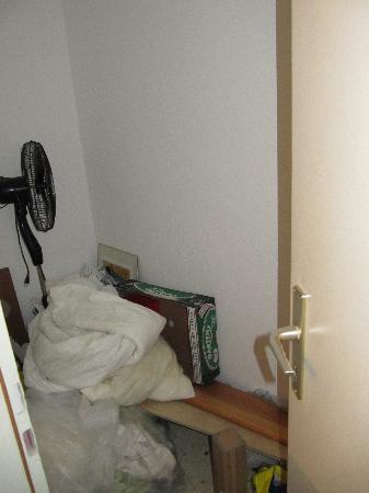 Brook Lane Hostel: Rumpelkammer