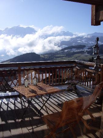Chalet Hotel La Joubarbe : Terrasse de l'hôtel où l'on peut prendre le petit déjeuner