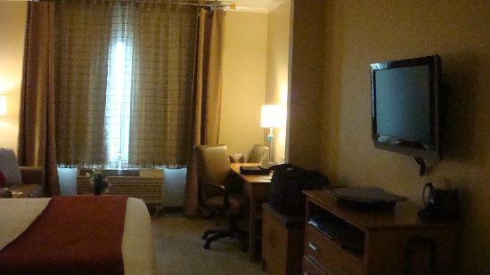 Holiday Inn Express Hotel & Suites: and desk area
