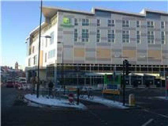 Holiday Inn Derby Riverlights: Hotel is next to bus station