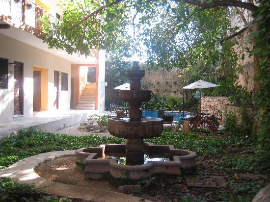 Hotel Maison del Embajador: Fountain in the garden