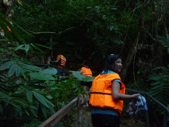 Coron Bay: Trekking the steep hill of Kayangan