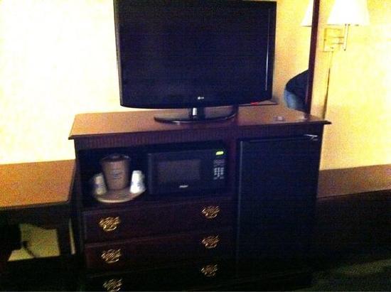 Hampton Inn Parkersburg: Dresser, TV, microwave, refrigerator