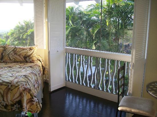 Kona Hula Girl: Breezes over the bed in Tiki Suite