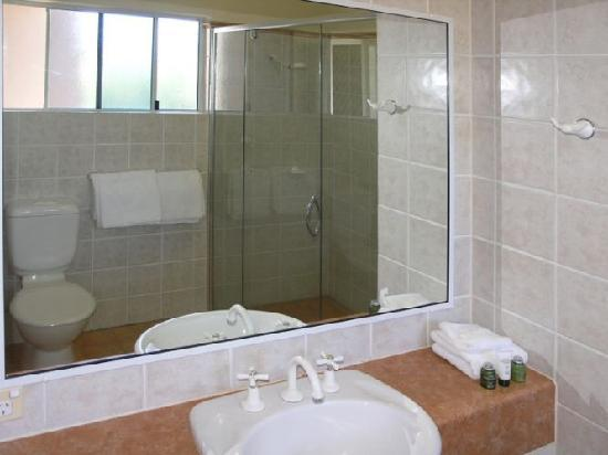 Coral Horizons Beachfront Apartments: Bathroom