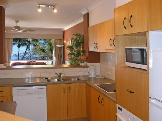 Coral Horizons Beachfront Apartments: Kitchen