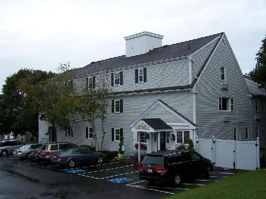 The Inn at Scituate Harbor: Entrance from the parking area