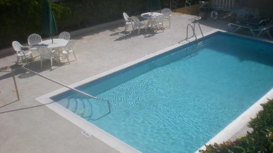 Tropical Winds Apartment Hotel: piscina