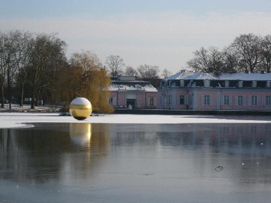 Schloss Benrath: und nochmals der Weiher mit dem Kunstobjekt