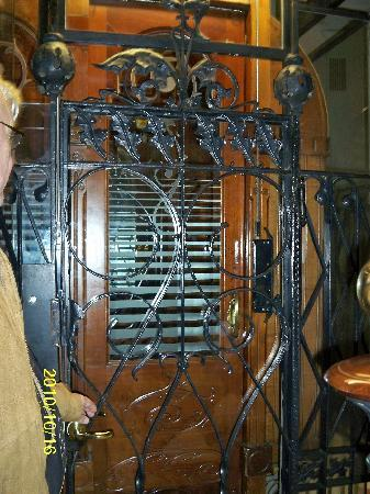 Hostal Oliva: The elevator - so european!!!!