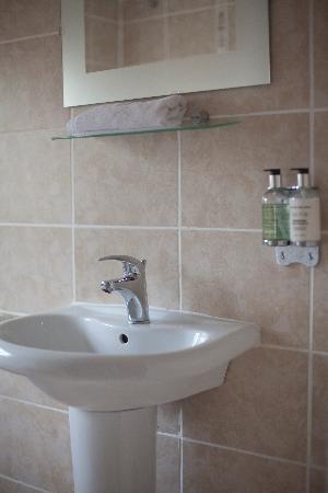 Wild Garlic Restaurant & Rooms: Modern & clean bathroom
