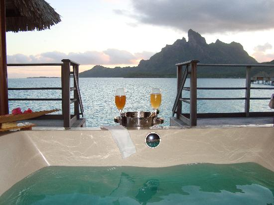 Four Seasons Resort Bora Bora: Tub looking out over the water