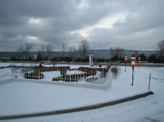 Bay Inn Petoskey: Facing the lake.