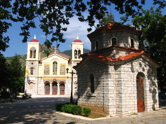 Anesis Hotel: The cathedral and chapel at the central square of Kalavrita