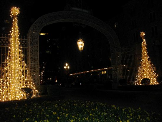 Hotel Crescent Court: rosewood crescent entrance at night