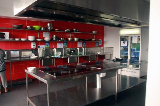 Nomads Byron Bay: Kitchen in the early morning after its been cleaned by staff