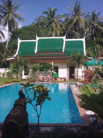 Baan Malinee Bed and Breakfast: Blick auf Pool und Garten von der Terasse