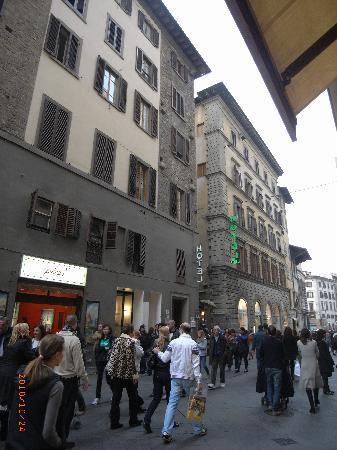 Costantini: ホテルはメイン道路に面しています